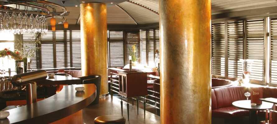 Ät middag i hotellets restaurang och avsluta dagen med en drink i baren.