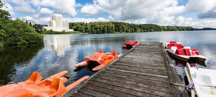 Området omkring hotellet indbyder til gåture i naturen og sejlture på søen
