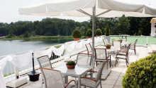Hotellets terrasse med udsigt over søen