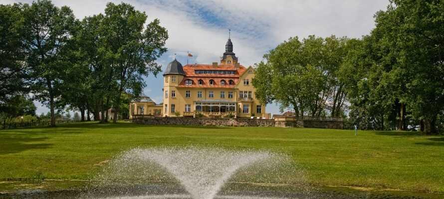 Schlosshotel Wendorf ligger i landsbyen Kuhlen-Wendorf kun 28 km. fra områdets hovedby Schwerin.