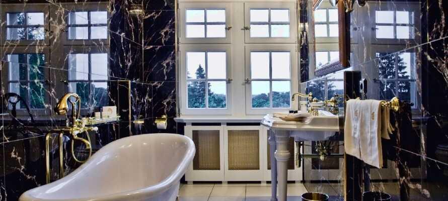 Alle værelserne har adgang til sit eget store og luksuriøse badeværelse hvor der ikke vil mangle noget.