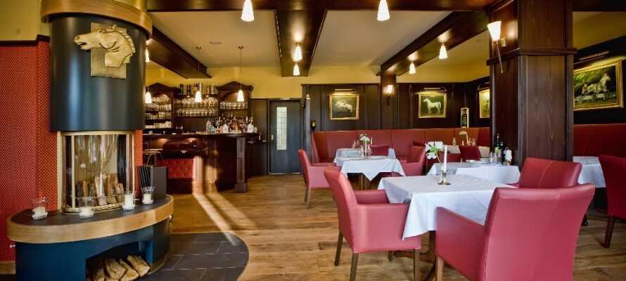 Gourmet restauranten Cheval Blanc byder på kulinariske oplevelser i en varm atmosfære, komplet med pejs.