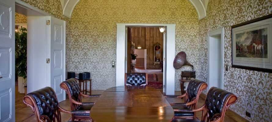 Spil golf, kør i limousine, slap af i spa-afdelingen eller gå på opdagelse i slottets smukke værelser.