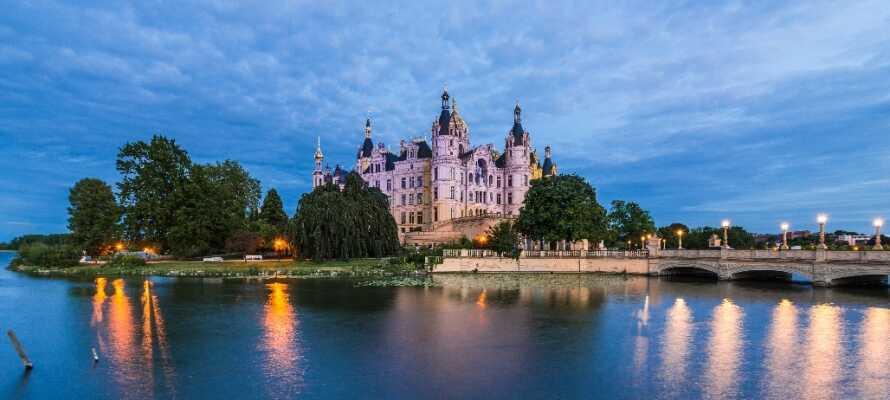 Schwerin byder bl.a. på idyllisk kanalrundfart og har I ikke fået slot nok er Schwerin Slot en fantastisk oplevelse.