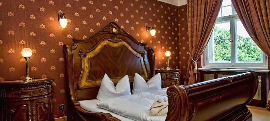De elegante rommene er luksuriøst innredet, og ligger i Residenz-bygningen ved siden av slottet.