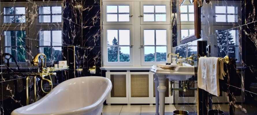 Alle rommene har eget bad, som er store og luksuriøse.