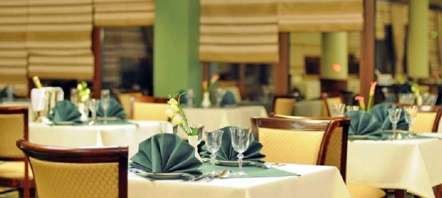 Ät en god middag i hotellets restaurang och välj mellan regionala och internationella rätter.