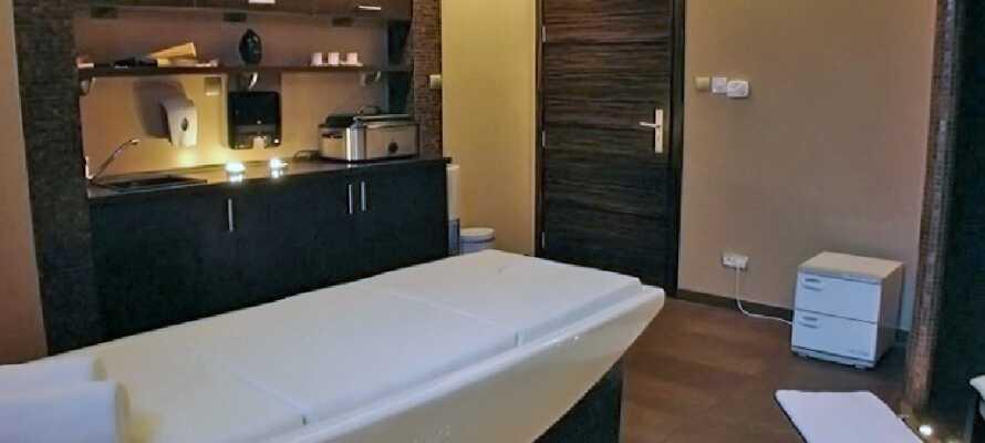 Ud over at svømme i poolen kan I bestille massage og andre afslappende behandlinger i hotellets wellnessafdeling.