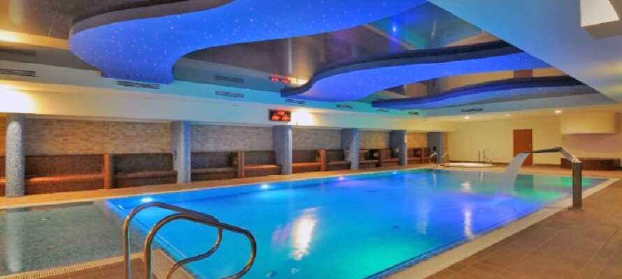 Hotellet har både et innendørs svømmebasseng og et fitnessenter