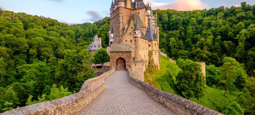 Slottet Eltz, ett av de vackraste slotten i Tyskland,  ligger i Elz-dalen, som delar Maifeld och Vordereifel.