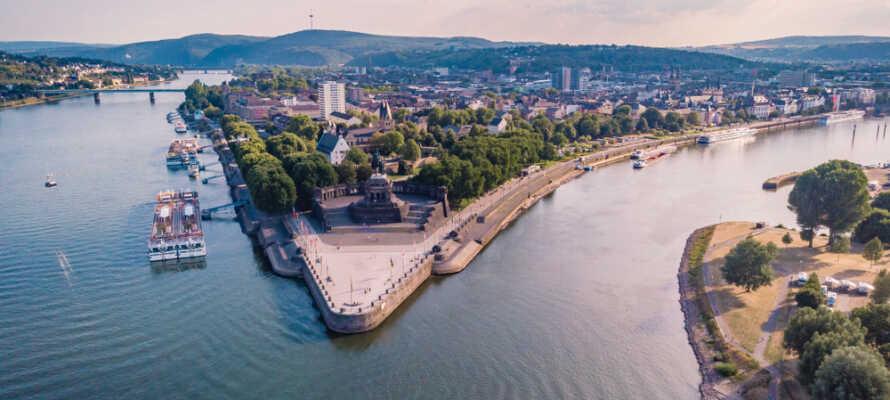 Koblenz ligger på det sted, hvor Rhinen og Mosel løber sammen ved Deutsches Eck.