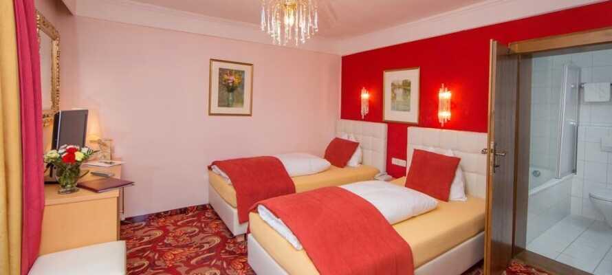 De mysiga och rymliga rummen är bekvämt inredda i varma färger.