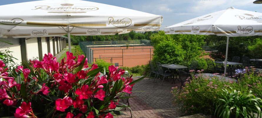 Bei schönem Wetter kann man auf der schönen Terrasse des Hotels kleine Erfrischungen genießen.
