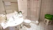 Alle Zimmer verfügen über ein eigenes Bad und WC.