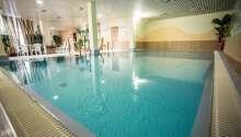 Entspannen Sie bei einem Bad im einladenden Pool.
