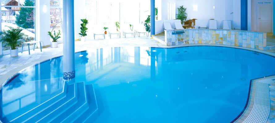 Sie haben freien Eintritt in den Fitnessbereich sowie in den schöne Wellnessbereich, wo es u. a. einen Innen-Pool und eine Sauna gibt.