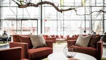 Die Lobby hat mit ihren Möbeln eine einladende, entspannte Atmosphäre.