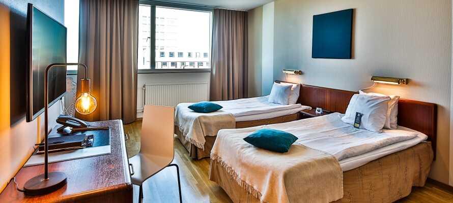 Alle Zimmer verfügen über ein eigenes Bad und eine Toilette sowie bequeme Jensen-Betten, einen Schreibtisch und einen TV.