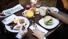 Starta dagen med en god frukostbuffé på hotellet.