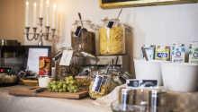 Frukostbuffén bjuder på många förstklassiga produkter - och självklart på gott kaffe.