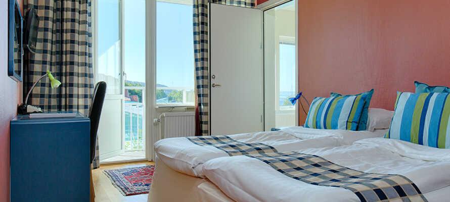 Forkæl Jer selv lidt ekstra og opgrader til et værelse med balkon og en pragtfuld udsigt over fjorden.