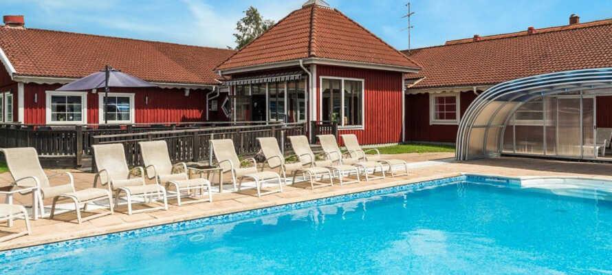 Den udendørs pool måler 5x10 meter og opvarmes til ca. 25 grader.