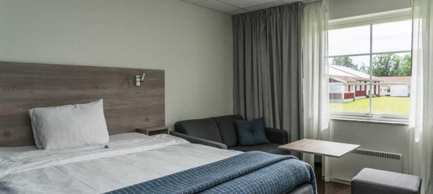 Alle værelserne ligger på stueetagen og er omgivet af grønne områder.