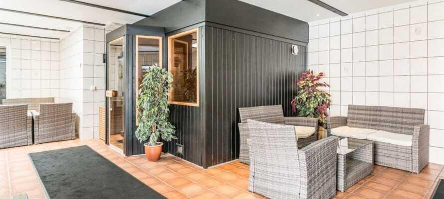 I hjertet av hotellet ligger det koselige avslapningsområdet med utendørsbasseng, badstue og boblebad.