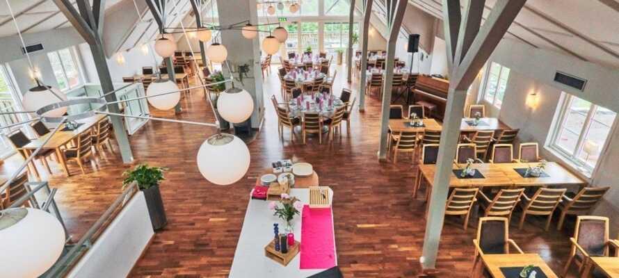Hotellet har en nydelig restaurant hvor du kan få god mat direkte fra Smålands forrådskammer.