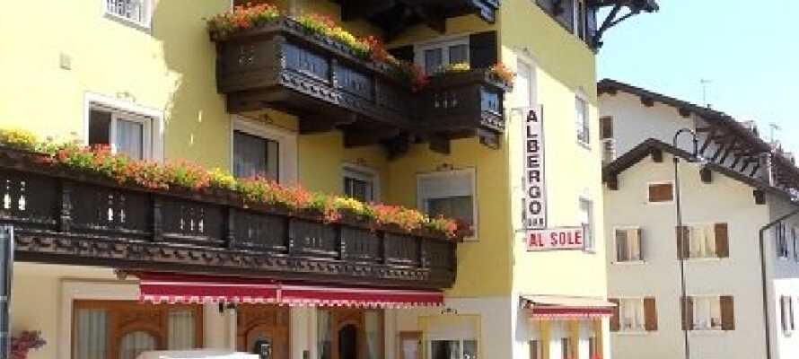 Hotel Al Sole ligger i bjergområdeet Folgaria. Kombinér en aktiv ferie i naturen ved Italiens populære Gardasø.