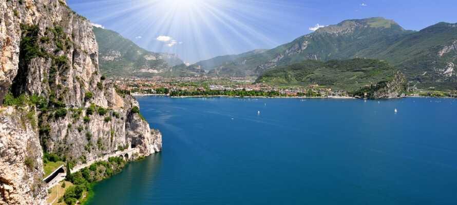 Gardasjøen, som ble skapt av isbreer, er et populært feriemål i Italia og den ligger kun 40 km fra hotellet.