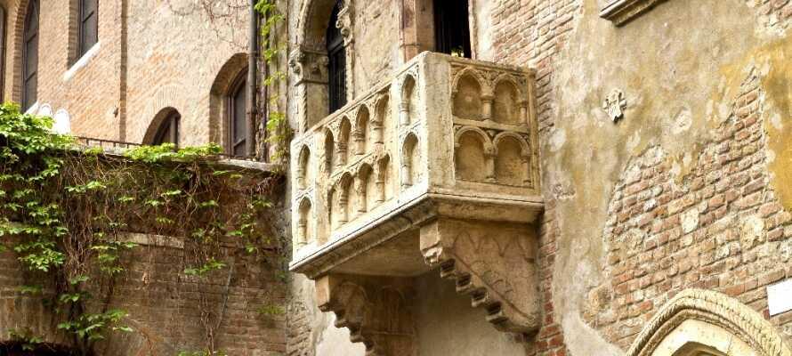 I Verona finder I mange smukke seværdigheder, I kan blandt andet tage en tur forbi den berømte balkon fra Romeo og Julie.