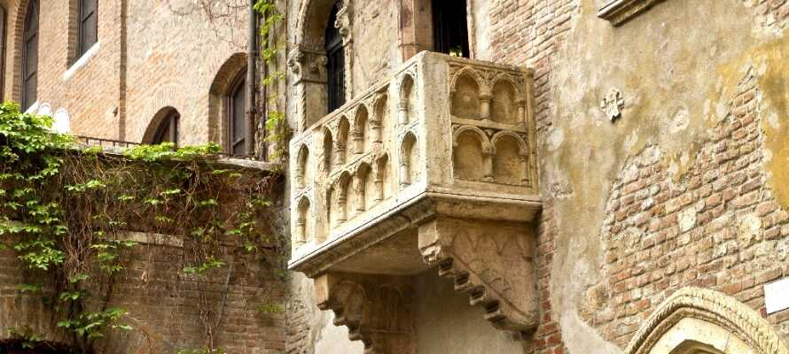 I Verona finner dere mange vakre severdigheter, dere kan blant annet ta en tur innom den berømte balkongen fra Romeo og Julie.