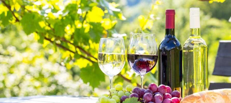 Italia er fylt av kulinariske opplevelser, gå på oppdagelsesferd på de mange lokale kafeene og restaurantene, og skjem dere bort med et besøk på en vingård.