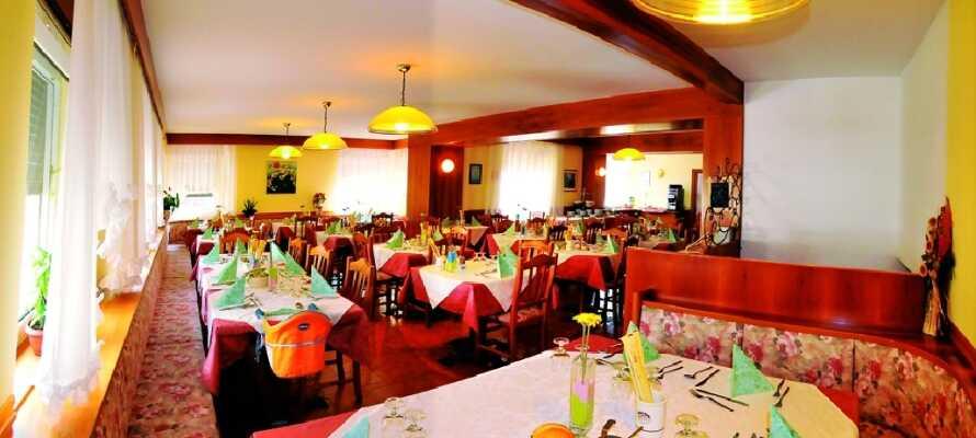 I hotellets hyggelige restaurant kan dere nyte et lekkert måltid. Her settes det fokus på tradisjon og enkle, velsmakende retter.