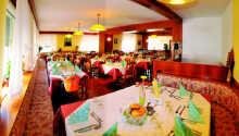I hotellets trevliga restaurang kan ni njuta av en läcker måltid med fokus på traditionella, enkla och välsmakande rätter.