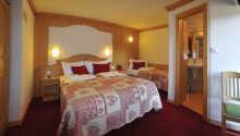 Exempel på ett av hotellets trevliga och rustika dubbelrum .