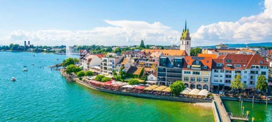 Friedrichshafen är en mysig stad med ett fantastiskt läge vid Bodensjön med utsikt över de imponerande Alperna.