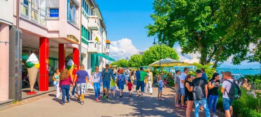 Friedrichshafen nyter godt av beliggenheten ved Bodensee, som innbyr til hyggelige spaserturer langs sjøpromenaden.