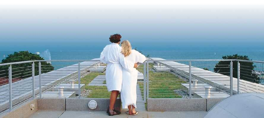 Hotellets lilla wellnessavdelning ligger på 5:e våningen och har en mysig takterrass med utsikt över sjön.