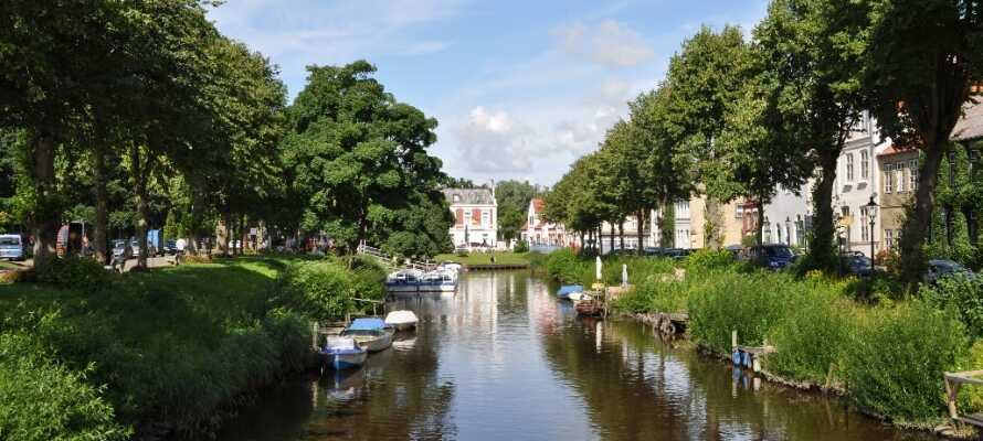 Friedrichstadts många kanaler skapar en alldeles speciell stad där ni kan åka en tur på vattnet.