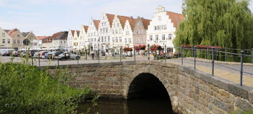Oplev de mange flotte bygninger, og den dejlige atmosfære i byen.