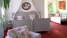 Exempel på ett av hotellets rymliga och trevligt inredda rum.