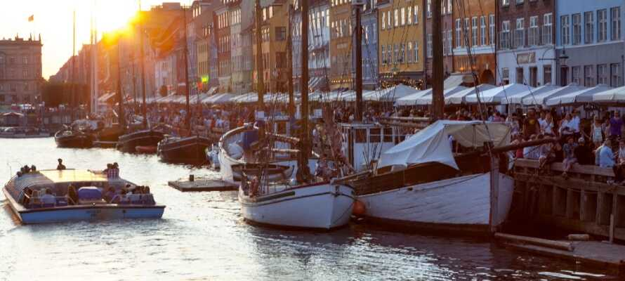 Se de världsberömda pastellfärgade husen i Nyhavn, där det alltid är liv och rörelse.