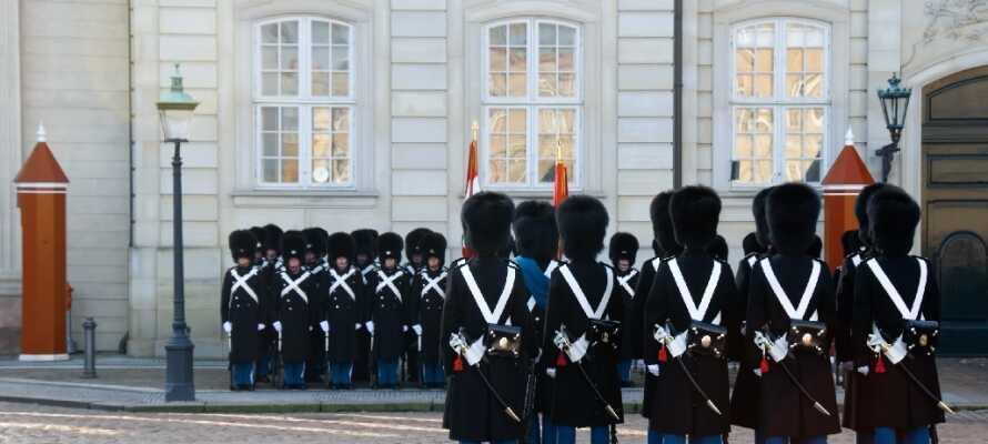 Ta vägen förbi den danska kungafamiljens praktfulla palats och upplev den kungliga atmosfären.
