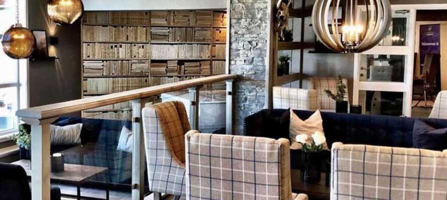 Hotellet er smagsfuldt indrettet og her kan I slappe af i det stemningsfulde i bar og lounge området.