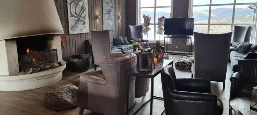 Fyr i peisen og mange stearinlys sørger for en hyggelig atmosfære på hotellet.