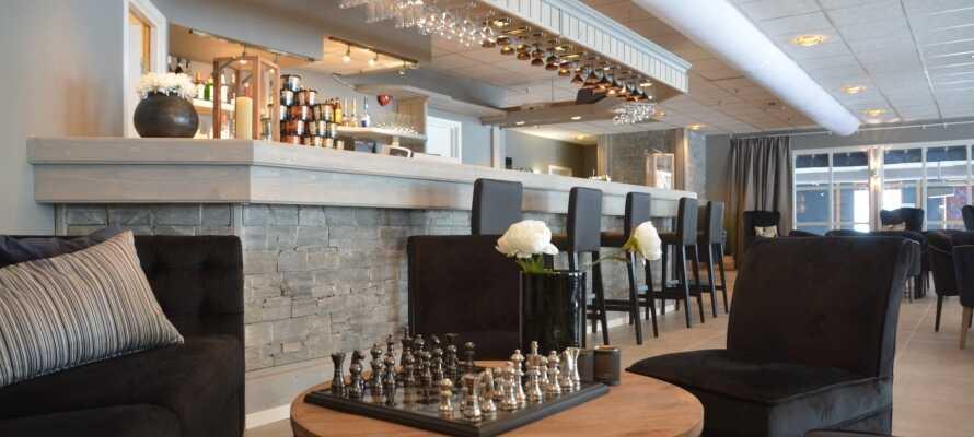 Tilbring aftenen med et spil skak i loungen eller en drink i baren.