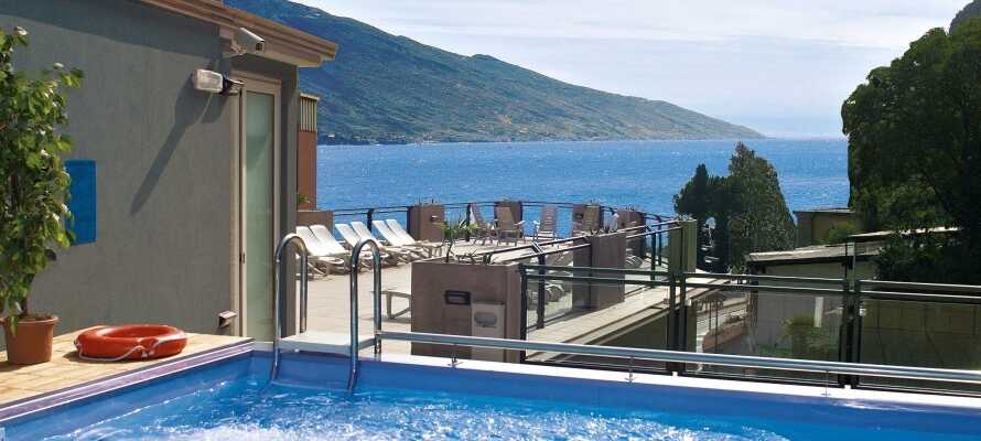 På hotellets tagterrasse på 3. sal kan I benytte den lille pool med jacuzzi og udsigt over Gardasøen.