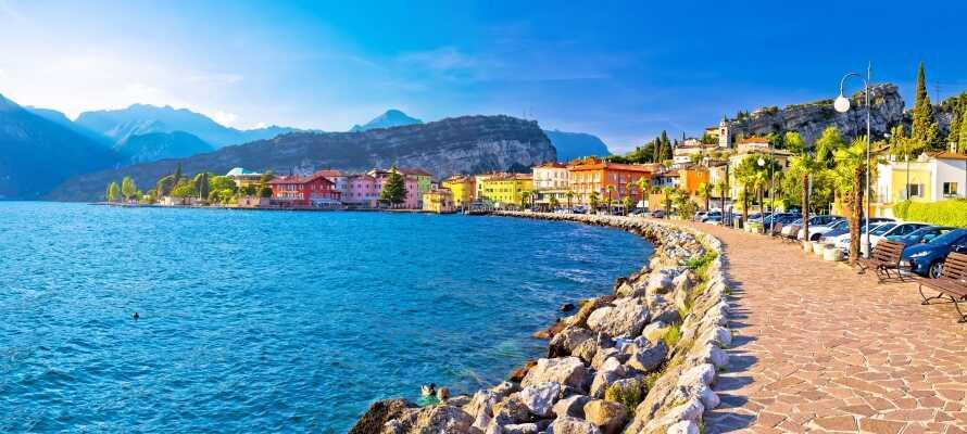 Riva del Garda liegt am nördlichen Ende des Gardasees. Hier können Sie die herrliche Umgebung genießen und am Seeufer entlangspazieren.